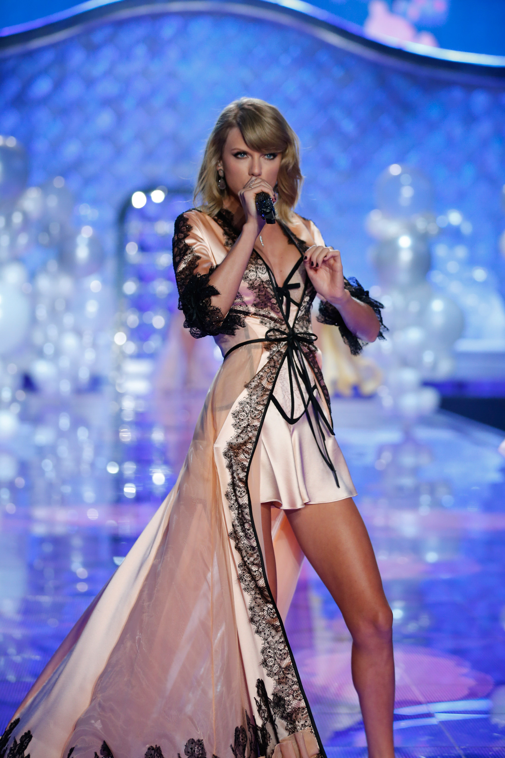 Beautiful Famous Singer Taylor Swift Modeling & Singing For The Victoria's Secret Fashion Show Modeling As One Of The Highest Paid Singers In The World.
